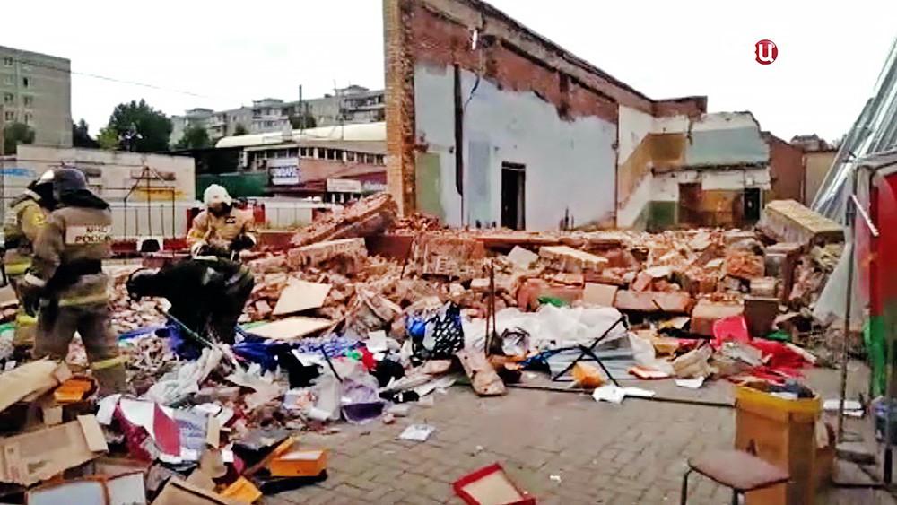 Спасатели МЧС на месте обрушения кинотеатра в Балашихе