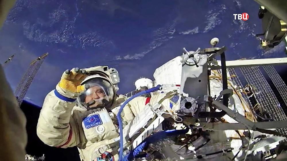 Экипаж МКС в открытом космосе