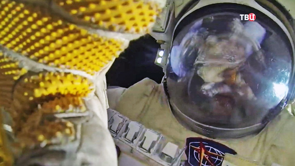 Российский космонавт в открытом космосе