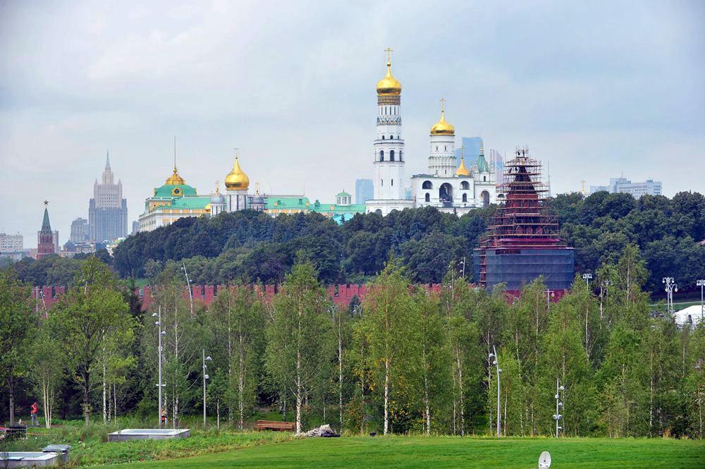 """Вид на Кремль из парка """"Зарядье"""""""