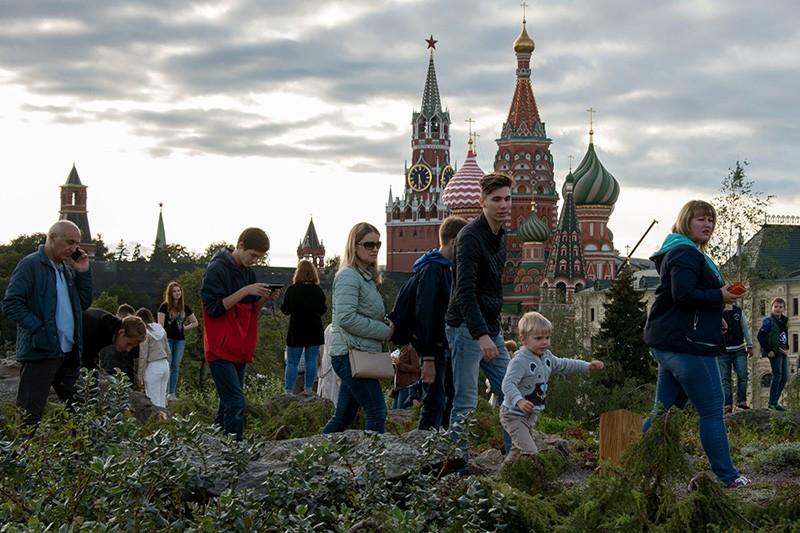 """Посетители на территории природно-ландшафтного парка """"Зарядье"""" в Москве"""
