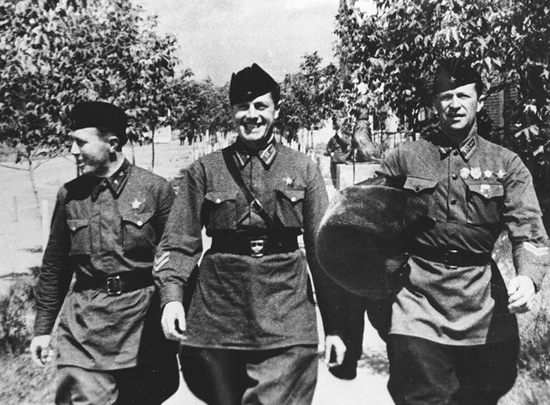 Советские летчики (справа налево) Михаил Громов, Андрей Юмашев и Сергей Данилин, совершившие беспосадочный перелет из Москвы через Северный полюс в Сан-Джасинто США
