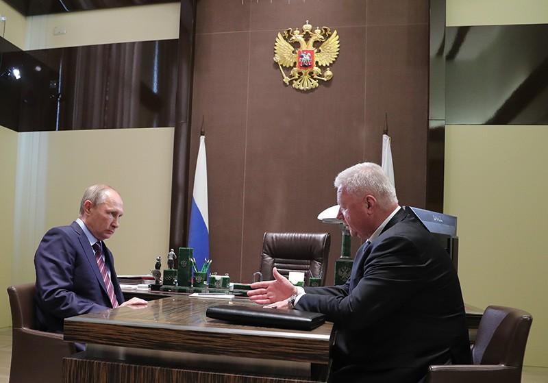 Президент России Владимир Путин и председатель Федерации независимых профсоюзов России (ФНПР) Михаил Шмаков