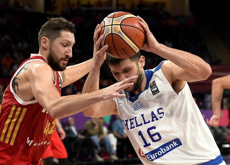 Баскетболист сборной России Никита Курбанов и игрок команды Греции Костас Папаниколау