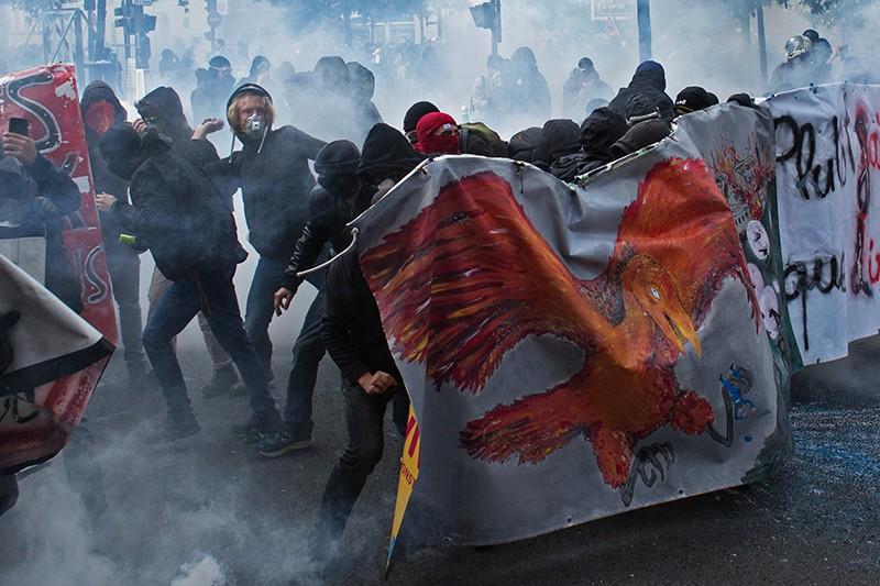 Участники акции протеста против нового трудового законодательства правительства президента Эммануэля Макрона в Париже