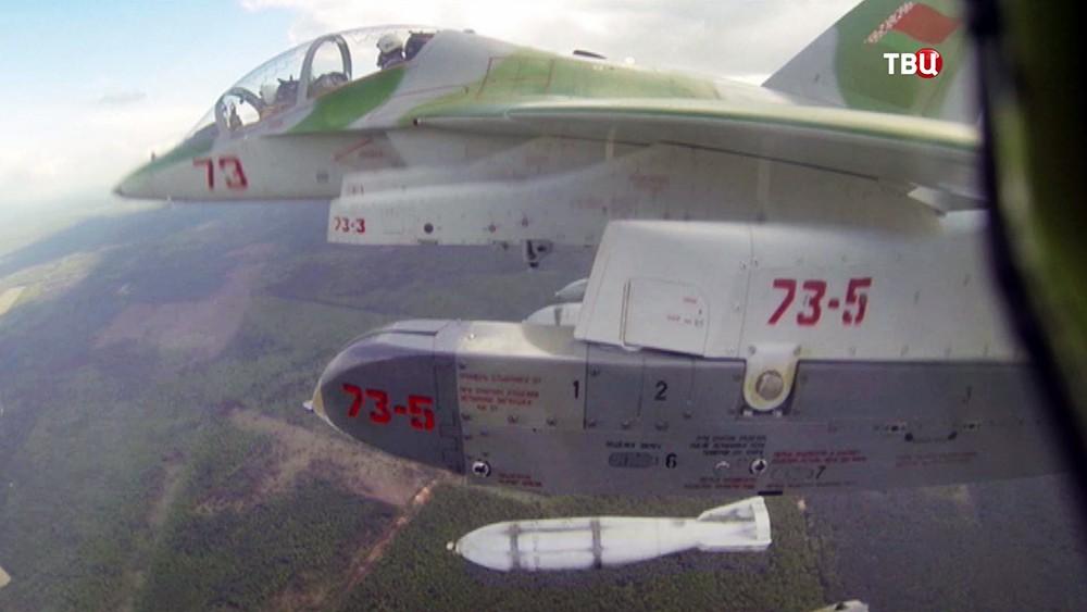 Истребитель ВВС Белоруссии наносит авиаудар по цели во время совместных стратегических учений
