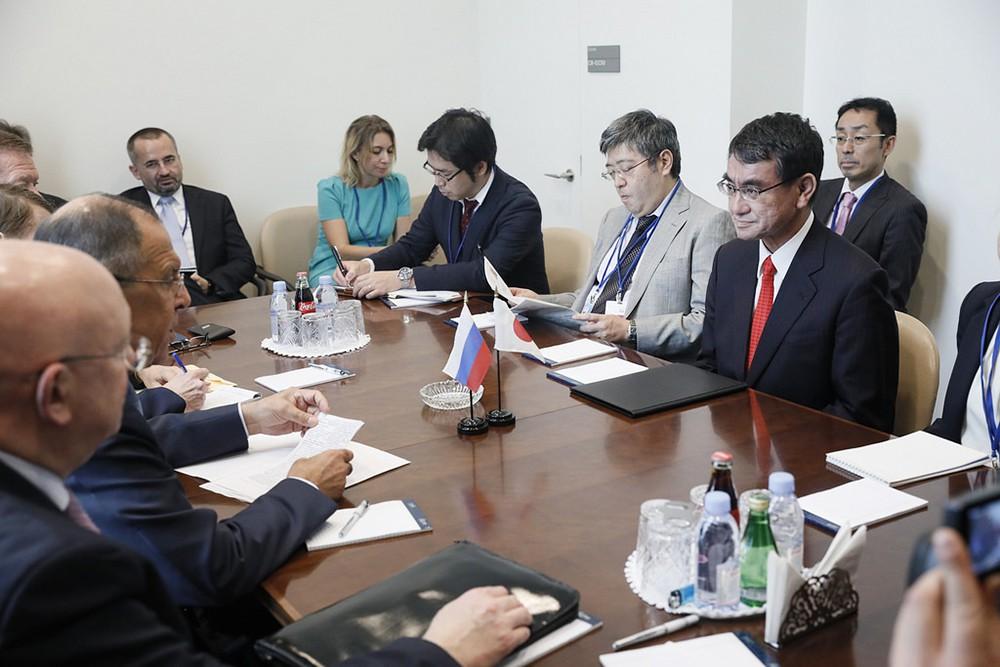 Глава МИД РФ Сергей Лавров и министр иностранных дел Японии Таро Коно