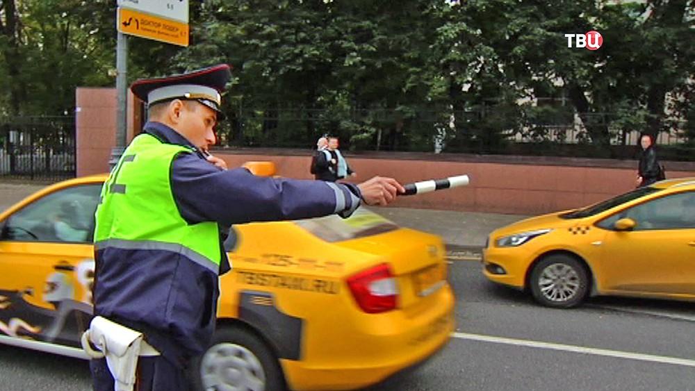 Инспектор ДПС проверяет такси