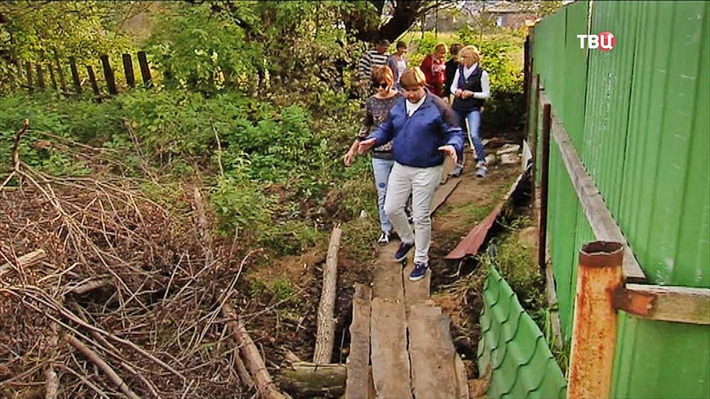 Жители поселка обходят забор санатория