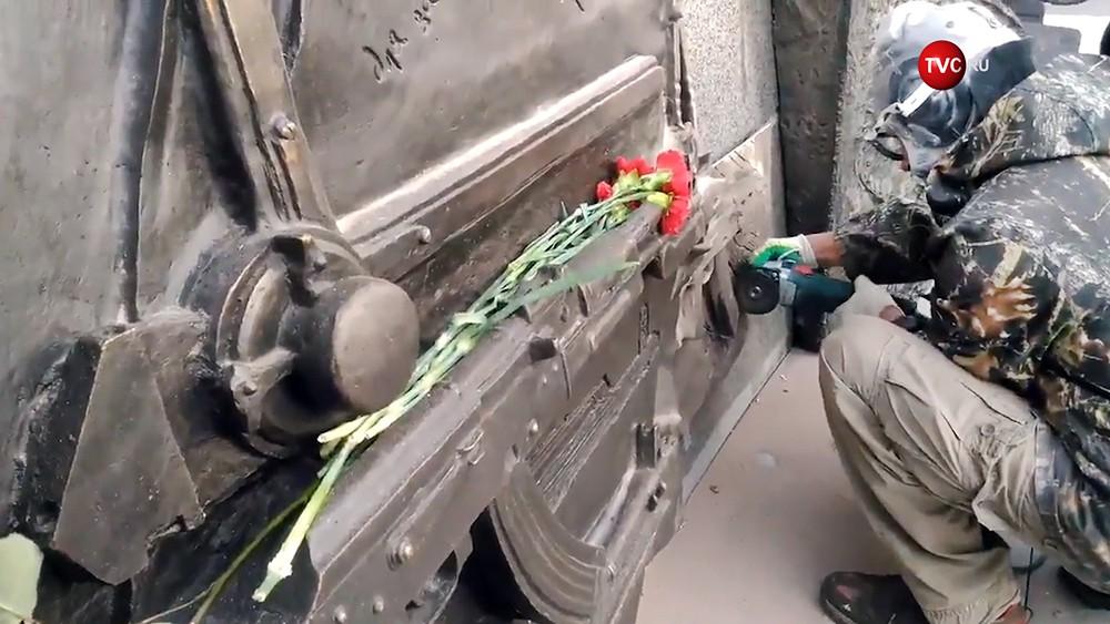 Демонтаж части скульптурной композиции с изображением немецкой винтовки на памятнике конструктору Михаилу Калашникову