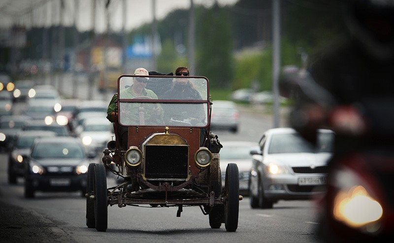 Автомобиль Ford T на шоссе