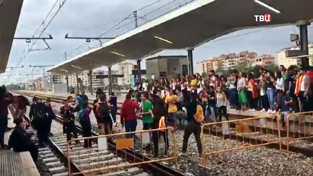 Бастующие в Каталонии перекрыли железную дорогу