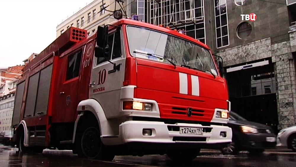 Пожарная машина на месте возгорания в Москве
