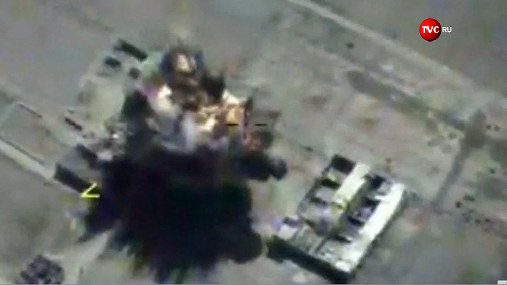 Последствия ракетного удара по позициям ИГИЛ в Сирии
