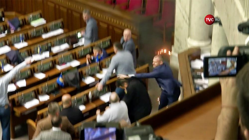 Депутат бросил дымовую шашку в зале Верховной рады
