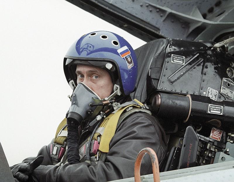 Владимир Путин в кабине истребителя-перехватчика СУ-27