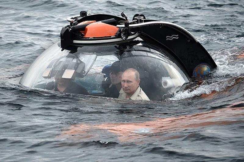 Владимир Путин (справа) совершает погружение на батискафе к затонувшему древнему судну, лежащему в районе Севастополя