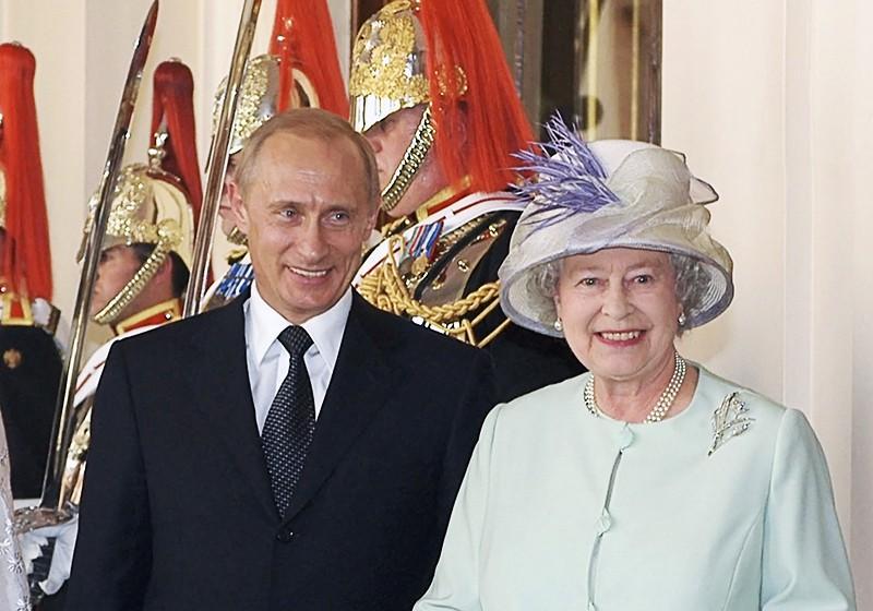 Королева Великобритании Елизавета Вторая и президент России Владимир Путин