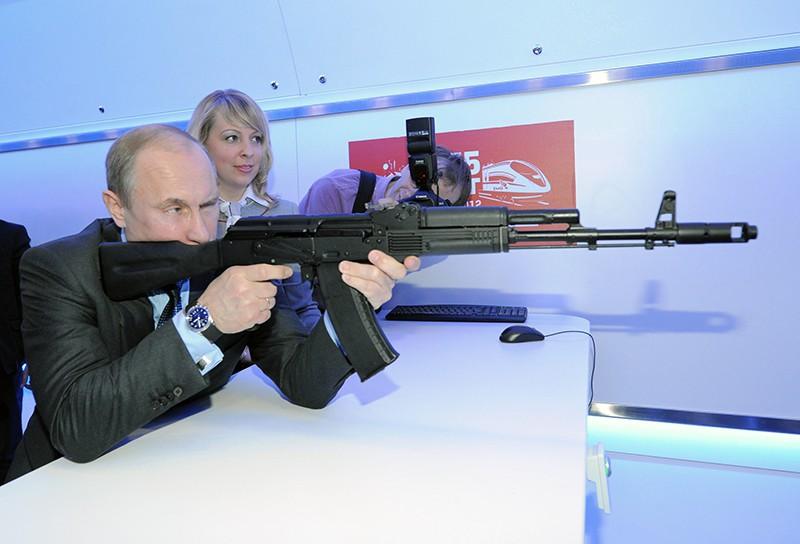 Владимир Путин с помощью макета автомата АК-74 стреляет в мишень в электронном тире