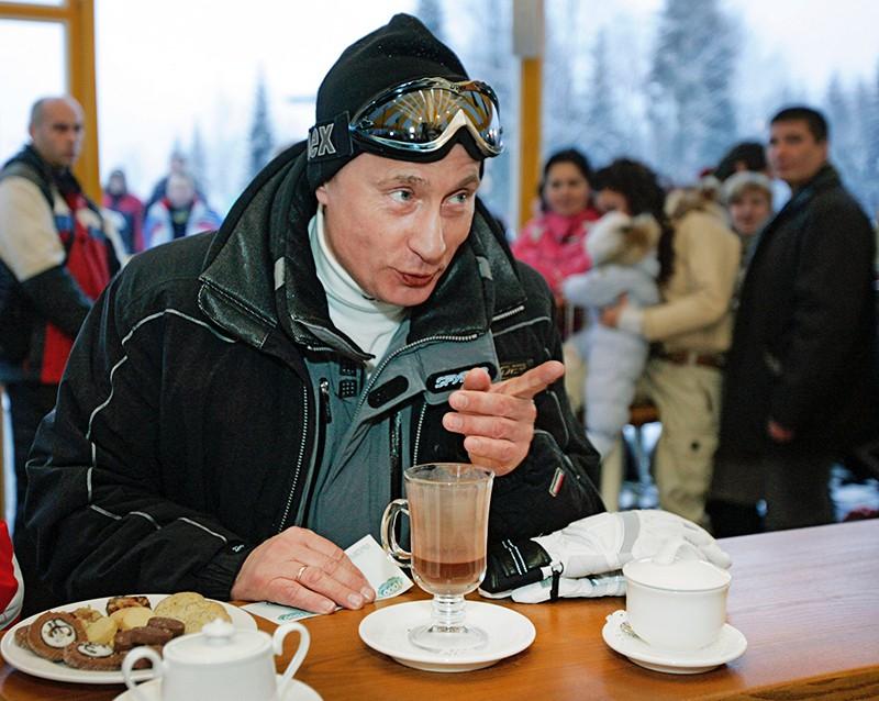 Владимир Путин во время посещения горнолыжного курорта в Сочи