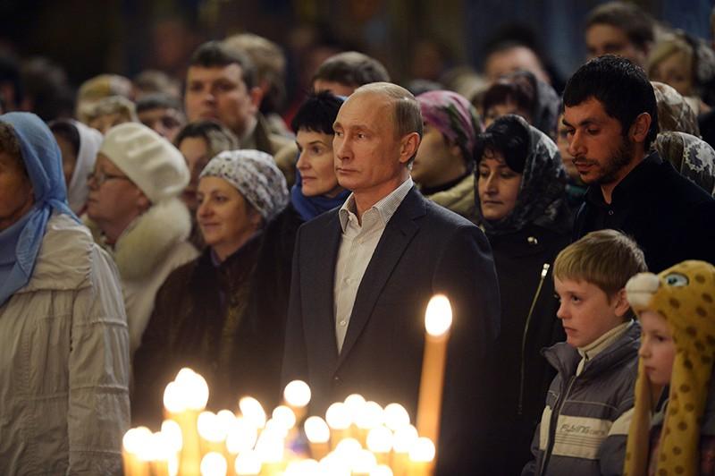 России Владимир Путин (в центре) во время Рождественского богослужения