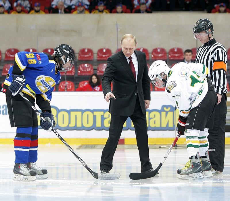 Владимир Путин (в центре) проводит вбрасывание шайбы