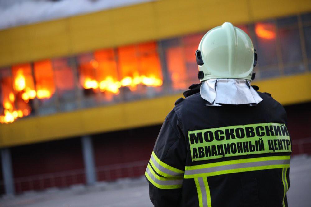 """Пожарные на месте возгорания на строительном рынке """"Синдика"""""""