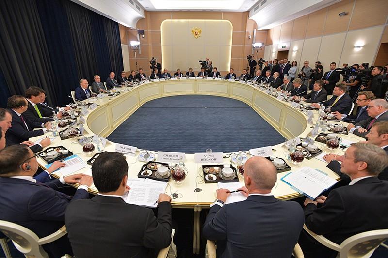 Президент России Владимир Путин во время встречи с представителями деловых кругов Германии