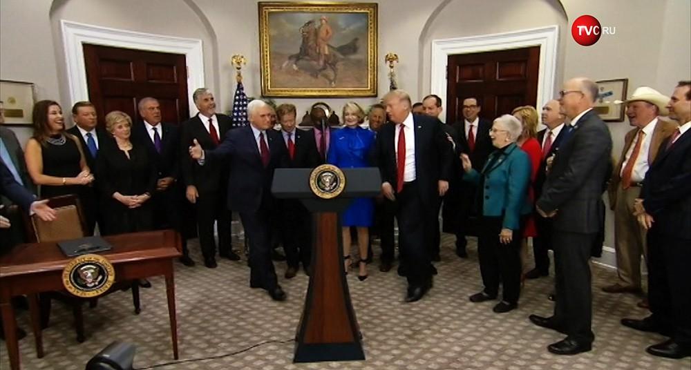 Дональд Трамп подписывает указ о реформе здравоохранения