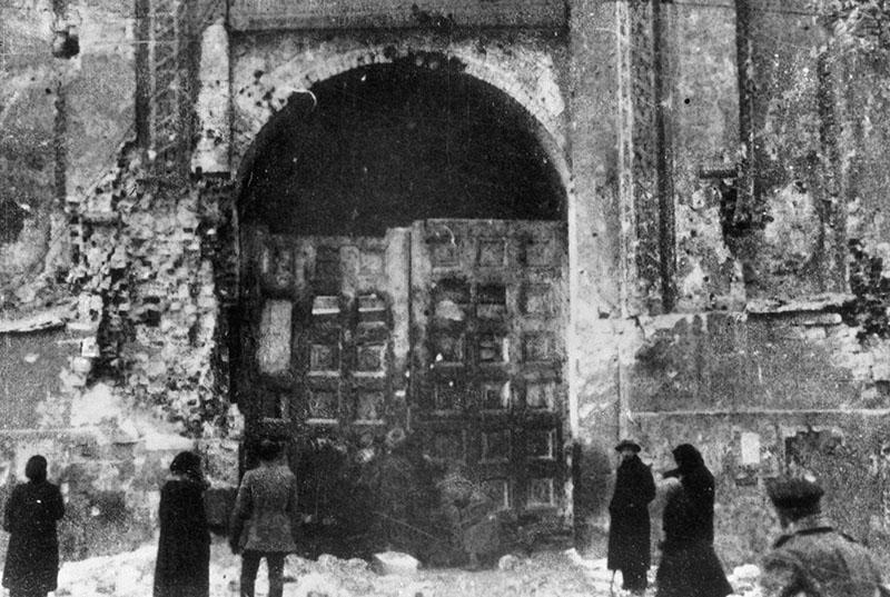 Никольские ворота Кремля. В конце октября 1917 года башня и ворота сильно пострадали в результате артиллерийского обстрела
