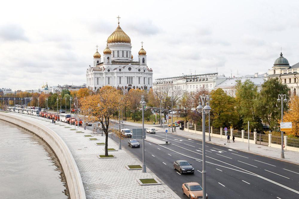 Храм Христа Спасителя и набережная Москвы-реки