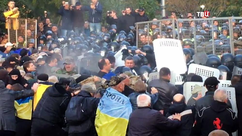 Столкновения полиции Украины и митингующих