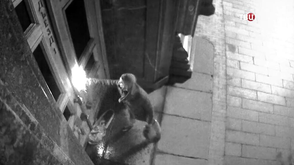 Пётр Павленский поджигает двери главного здания ФСБ на Лубянке