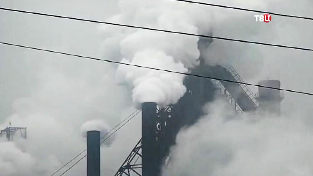 Заводские трубы дымят