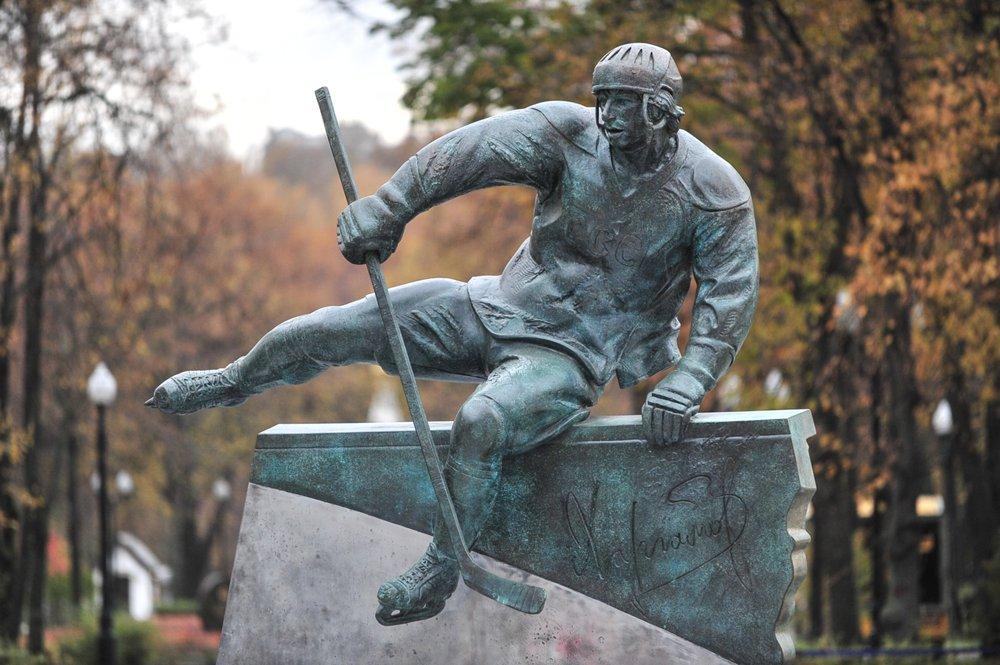 Памятник советскому хоккеисту В.Харламову
