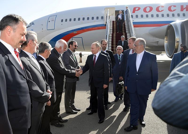 Президент РФ Владимир Путин церемонии во время встречи в аэропорту Тегерана