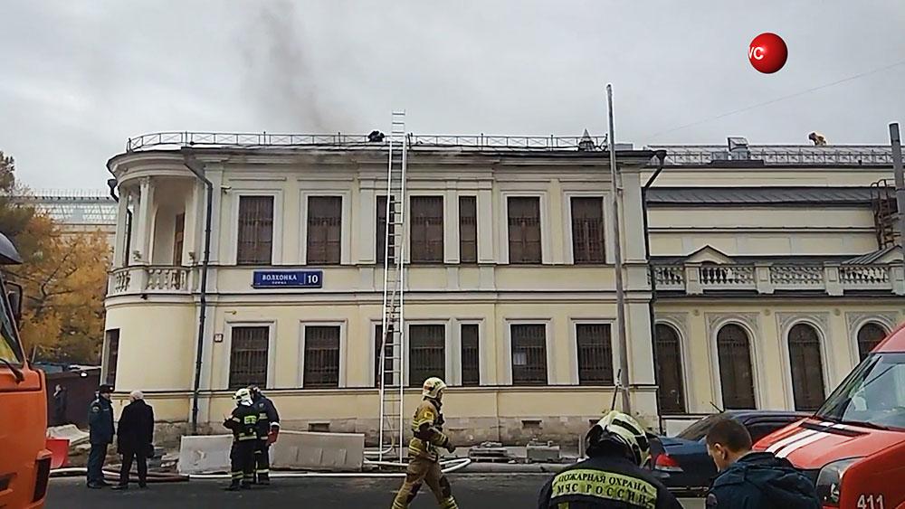 Пожарные на месте возгорания в музее личных коллекций ГМИИ им. Пушкина