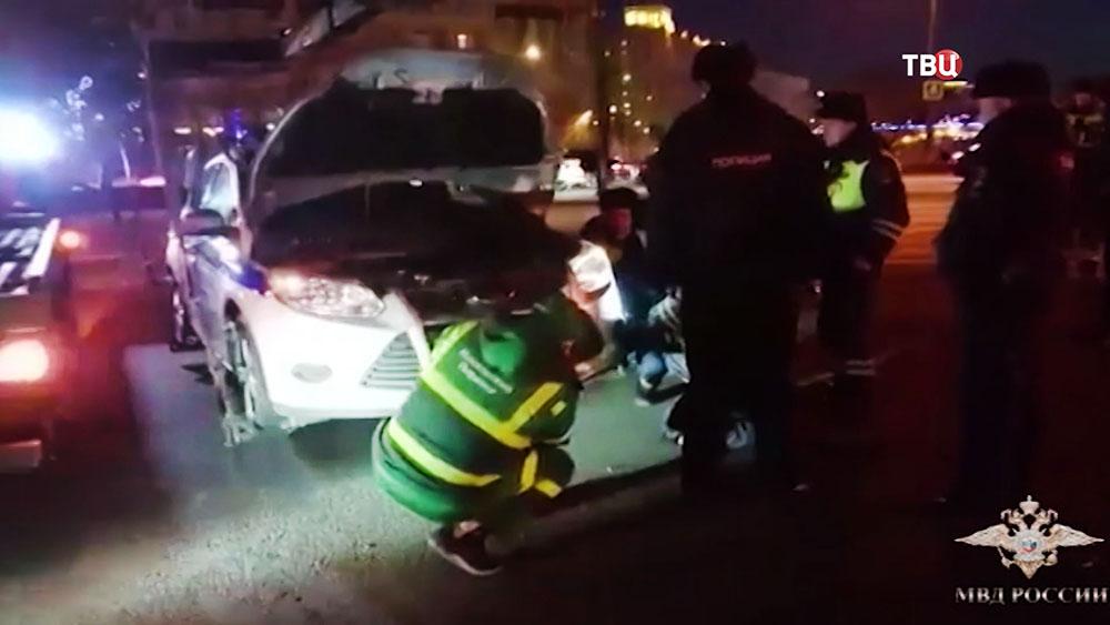 Инспекторы спасли котенка из моторного отсека машины ГИБДД