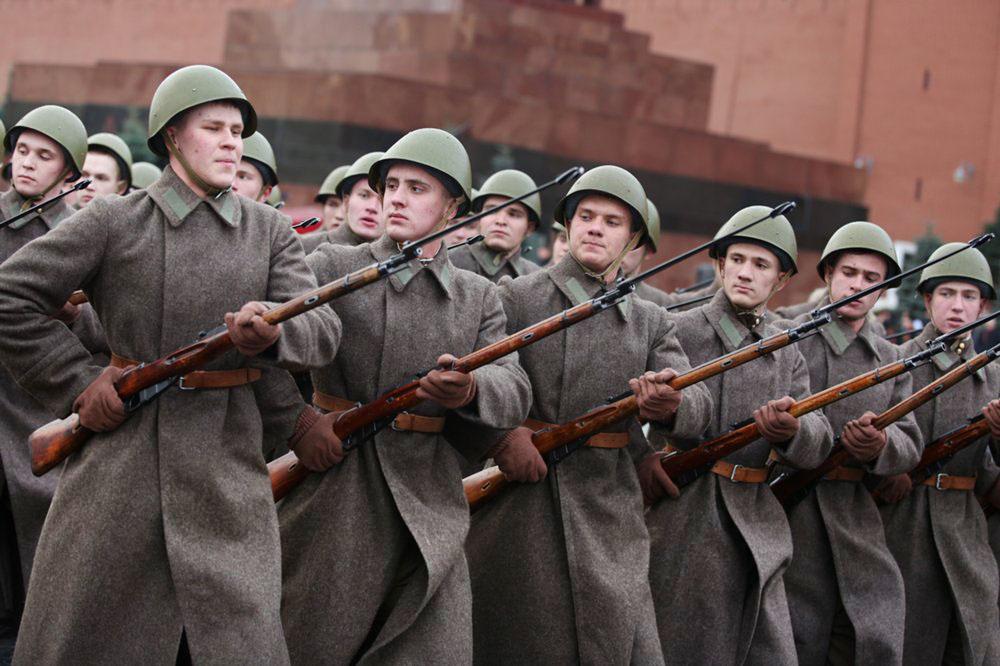 Репетиция марша в честь годовщины парада 7 ноября 1941 года
