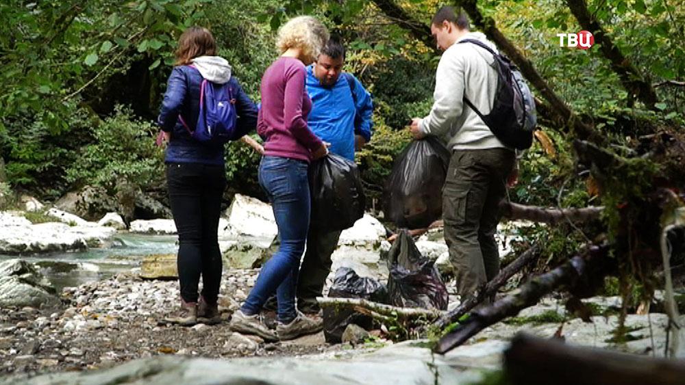 Посетители парка собирают мусор