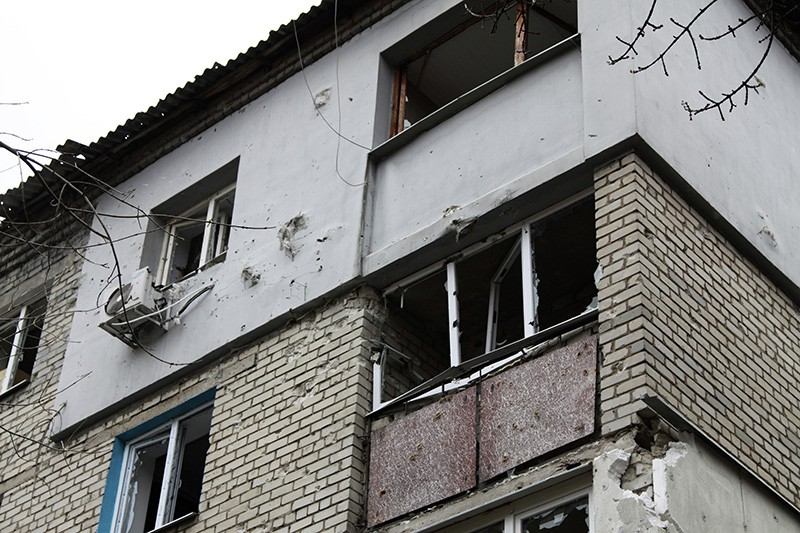 Повреждения жилого дома в Донецке в результате ночного обстрела