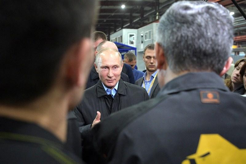 Владимир Путин во время посещения Челябинского компрессорного завода