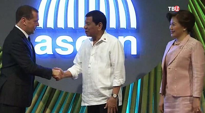 Премьер-министр России Дмитрий Медведев и Тхонглун Сисулит