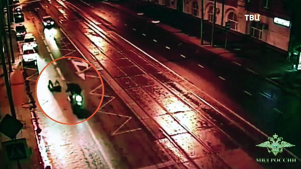 Банда мотоциклистов-грабителей отбирает сумку у девушки