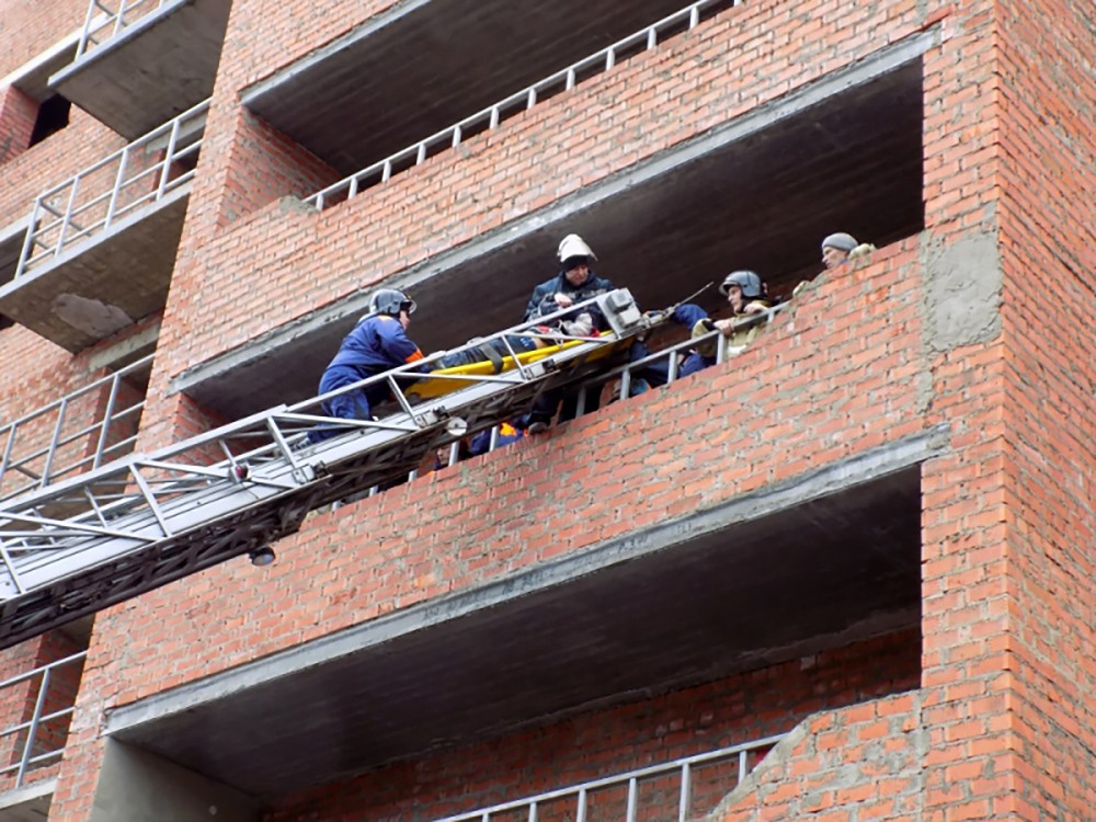 Спасатели МЧС на месте обрушения в строящемся доме в Саранскеели