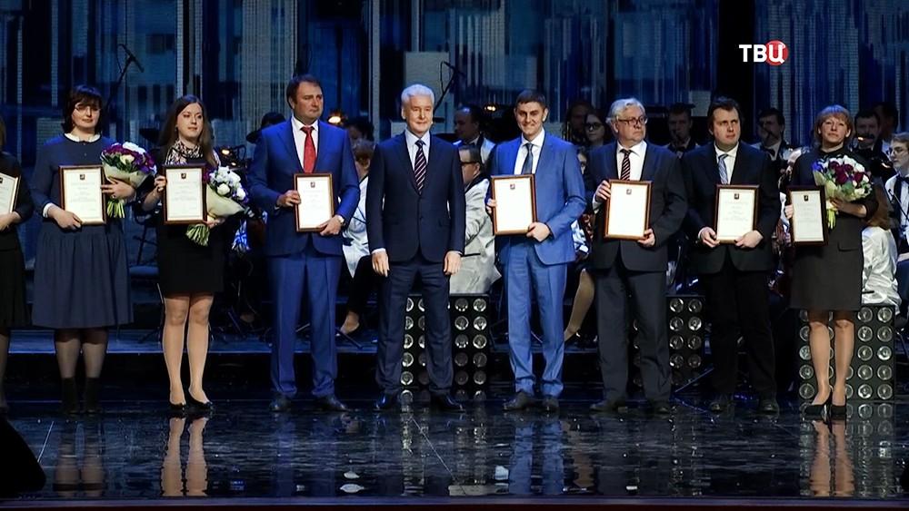 Мэр Москвы Сергей Собянин награждает специалистов в области экономики