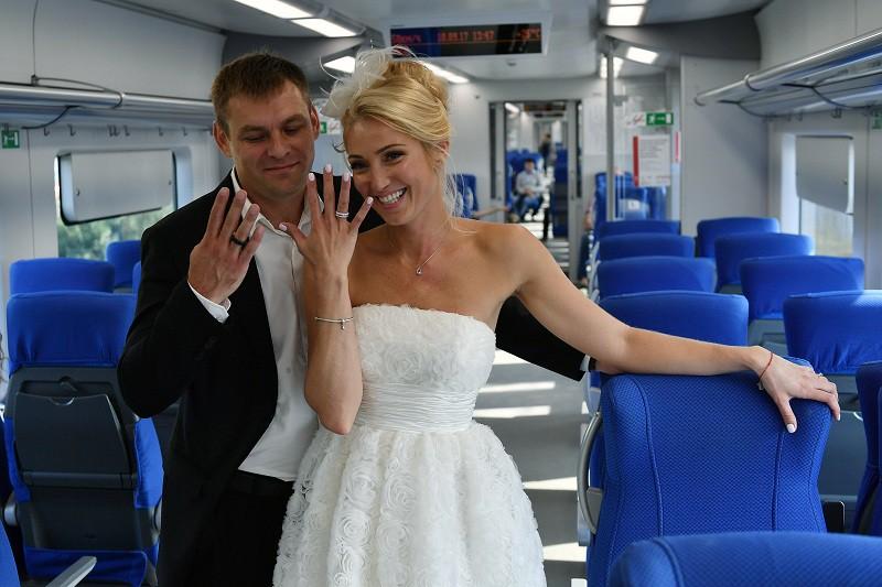 Молодожены в поезде Московского центрального кольца (МЦК)