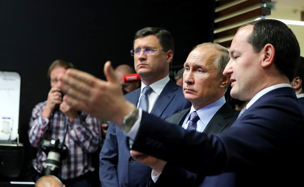 Владимир Путин и министр энергетики Александр Новак приняли участие в запуске электроподстанции