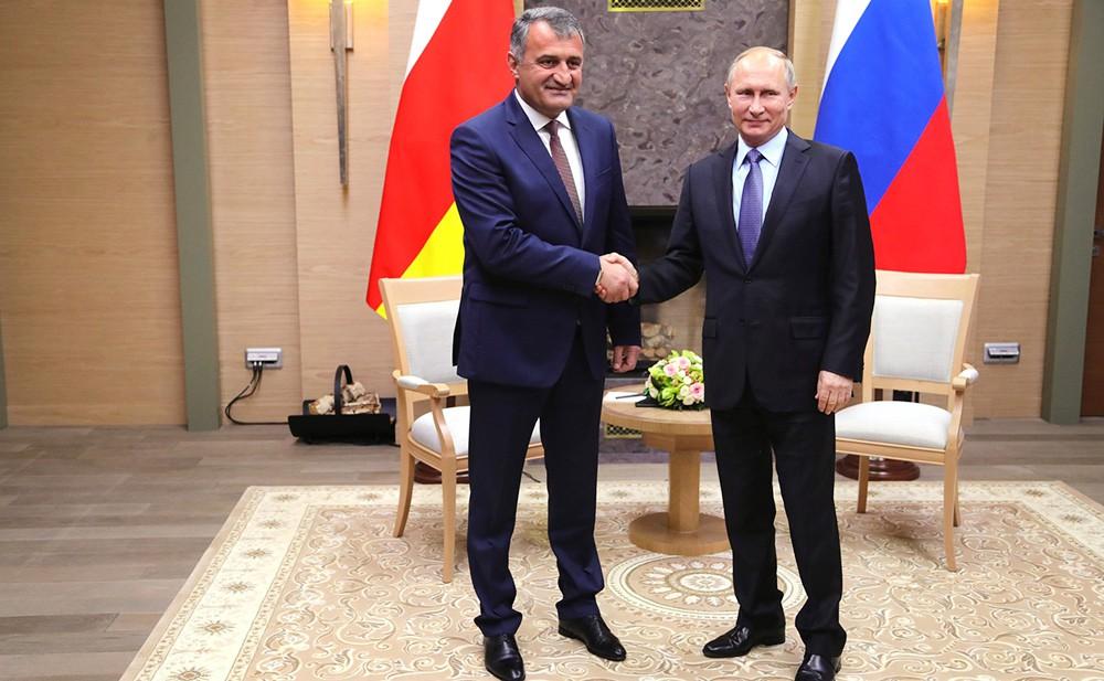 Президент России Владимир Путин и президент Южной Осетии Анатолий Бибилов