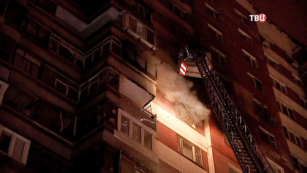 Пожарные на месте возгорания в многоэтажном доме